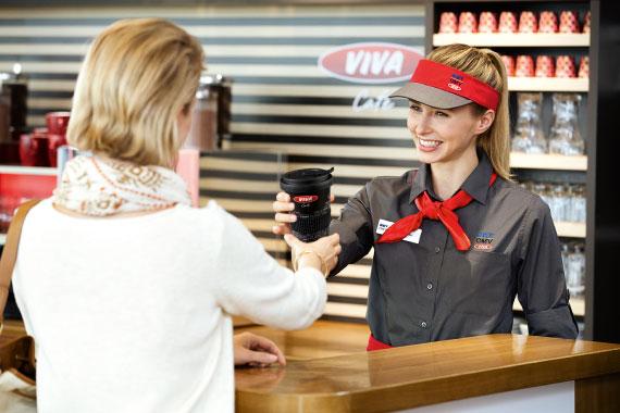 Kaffeebecher im Mehrwegsystem bei der OMV Tankstelle